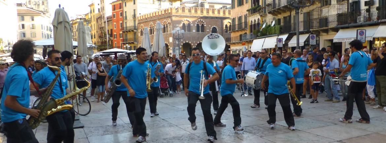 Esibizione in Piazza Erbe della banda da strada con trombe e ottoni vari dei divertenti Magicaboola