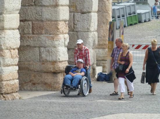 verona, ragazzo disabile in carrozzina in visita all'arena