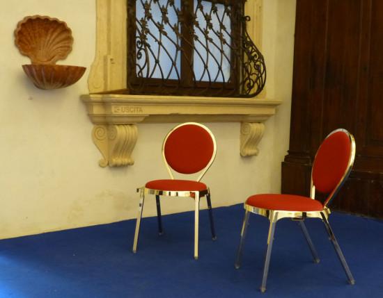 Le sedie di velluto rosso e l acquasantiera dismappa for Sedie in velluto