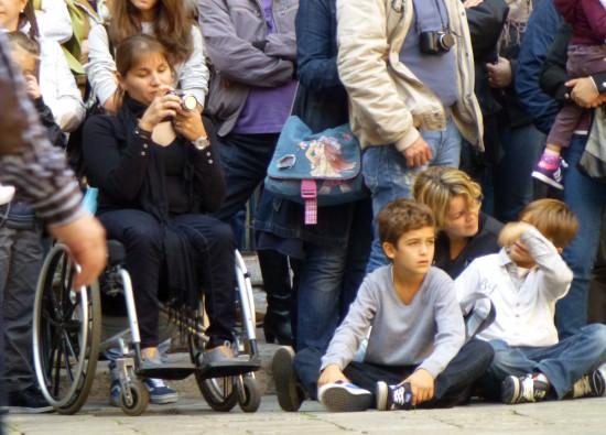 ragazza disabile in carrozzina che fotografa a verona