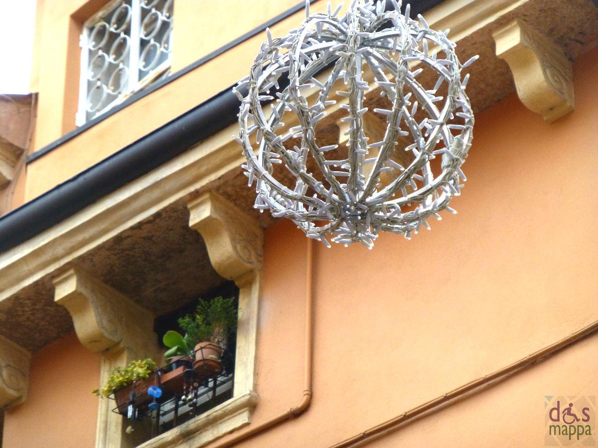 Finestrine in corso porta borsari e decorazione natalizia proporzionata dismappa per verona - Decorazione natalizia per porta ...