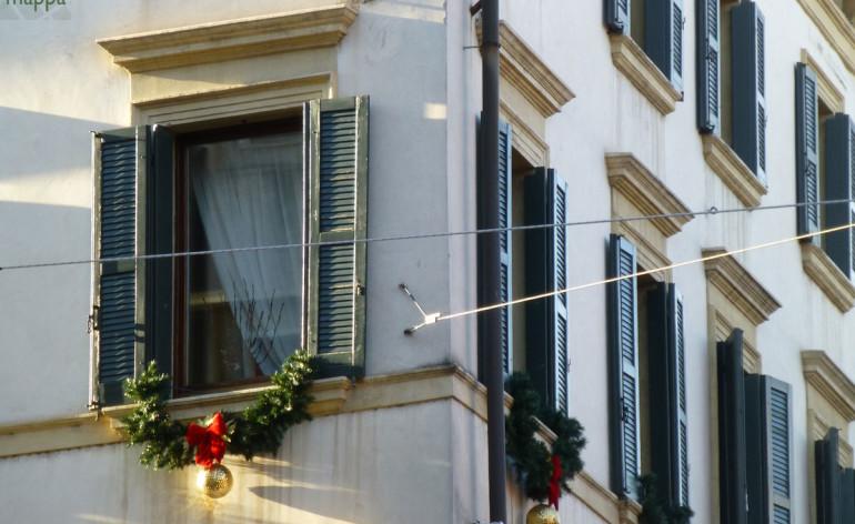Finestra con addobbi natalizi in via roma dismappa per - Addobbi finestra natale ...