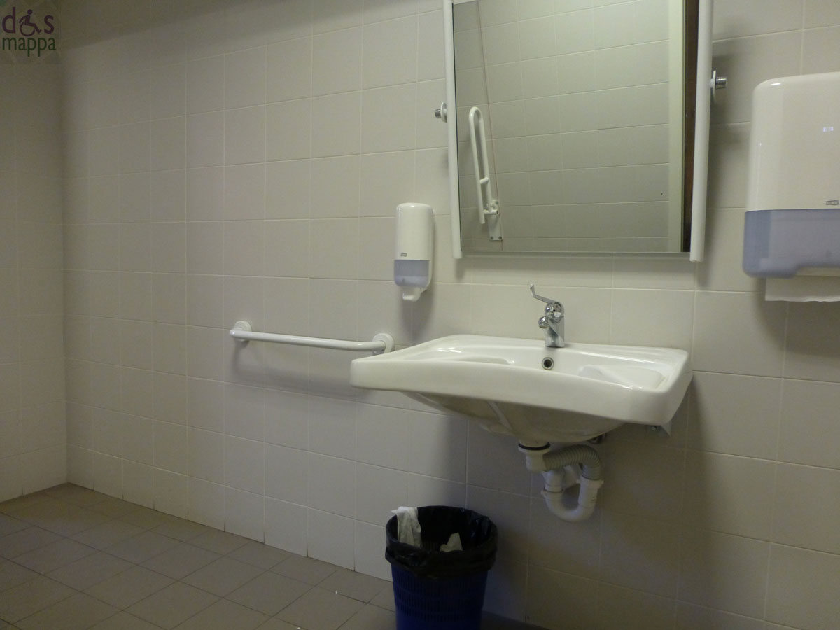 Bagno accessibile alle carrozzine alla libreria feltrinelli di verona dismappa per verona - Porta bagno disabili ...