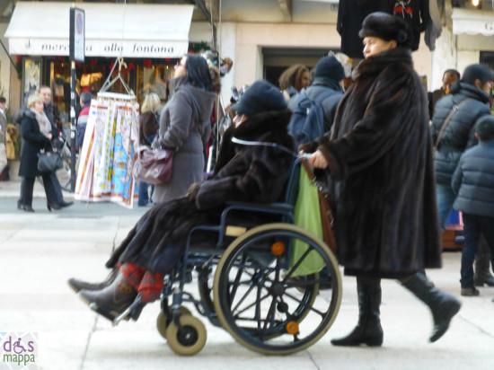 coppia di signore anziana disabile carrozzina