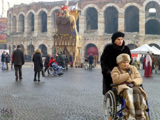 anziani in carrozzina con coperte sulle gambe, verona