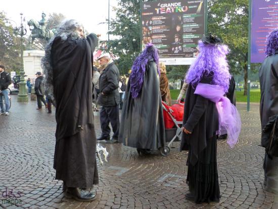maschere di carnevale che si fotografano in piazza bra a verona