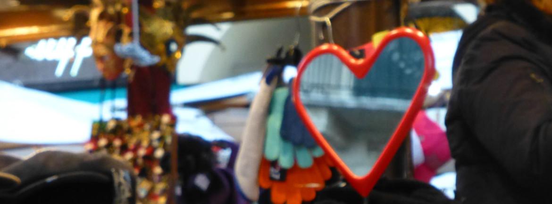 specchio a cuore bancarella piazza erbe verona