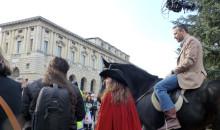 Il sindaco Tosi a cavallo apre il corteo del Carnevale