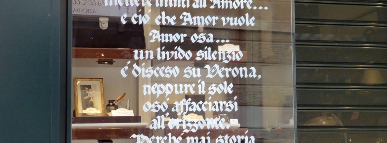 giulietta e romeo calligrafico dipinto nella vetrina per verona in love