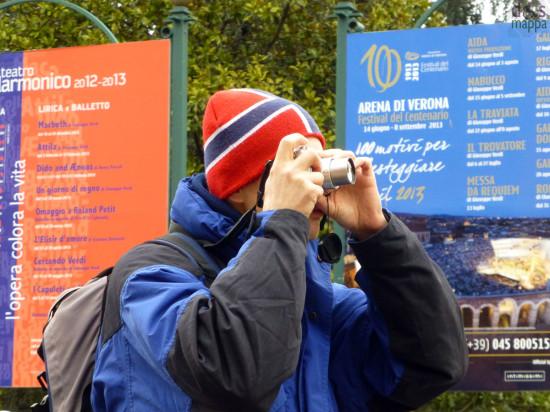 foto con cartellone opera centenario areniano