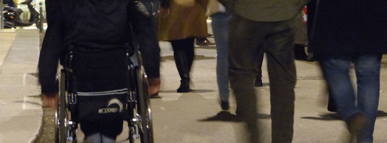 all'uscita dal teatro ristori di verona, pubblico e ragazzo disabile in carrozzina