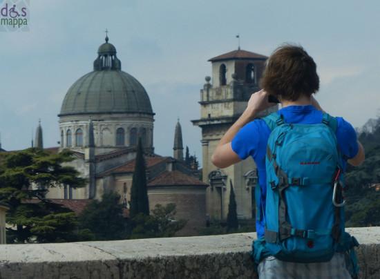 giovane turista fotografa verona e il fiume adige
