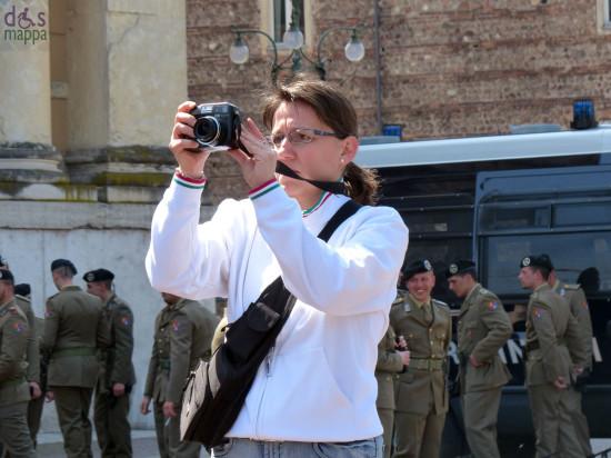 ragazza con maglia bordata tricolore fotografa piazza bra il 25 aprile festa della liberazione