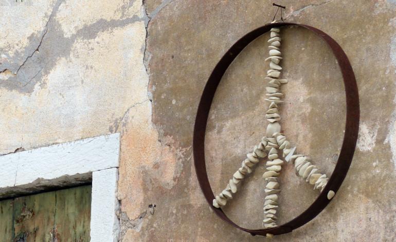 peace sign with crusted iron ring and stones balcone sopra red zone art bar di di san giorgio in ganapoltron (verona) con simbolo della pace