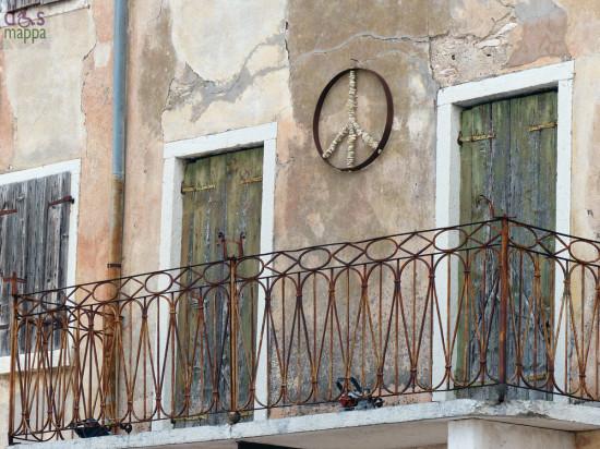 balcone sopra red zone art bar di di san giorgio in ganapoltron (verona) con simbolo della pace