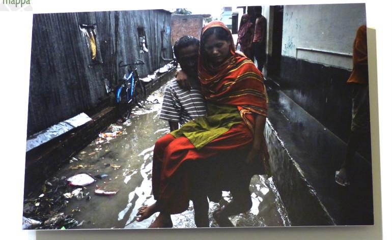 foto donna disabile portata in braccio dal marito a dacca in bangladesh, per la mostra urban survivors a verona