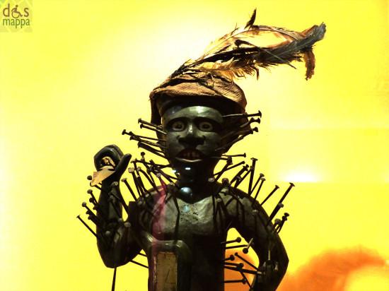 statua voodoo in legno  con chiodi al museo africano di verona