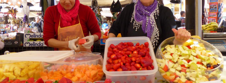 preparazione di macedonia di frutta in piazza erbe a verona - fruit salads makers