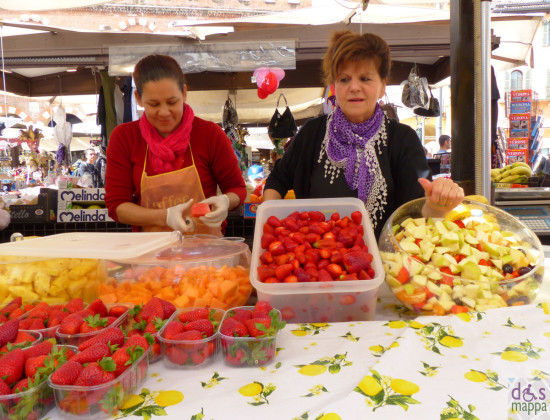 preparazione di macedonia di frutta in piazza erbe a verona - fruit salads makers