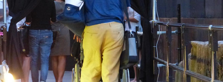 disabile in carrozzina con accompagnatore a rumors festival al teatro romano