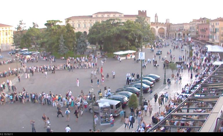 Mancano due ore alla prima di Aida, che apre il Festival del centenario; le persone sono già in fila per entrare