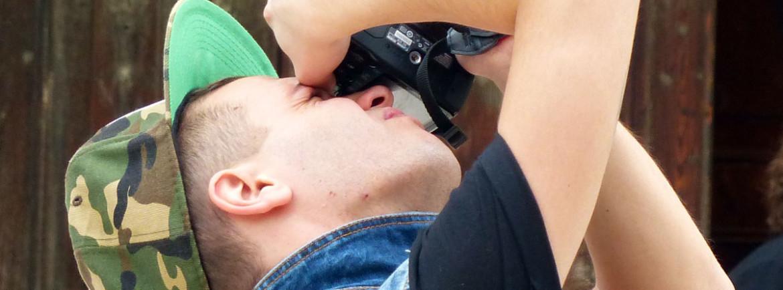 turista fotografa in piazza san nicolò a verona