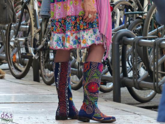 donna con stivali e gonna a motivi floreali in piazza erbe a verona