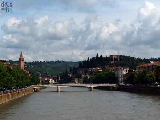 Fotografia Il panoramica da Ponte delle Navi, con il fiume Adige e le Torricelle, a Verona