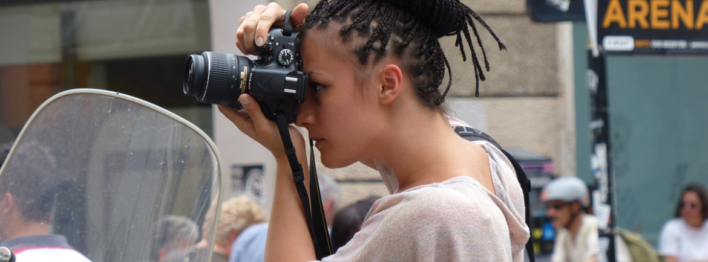 verona via cappello La fotografa con le treccine