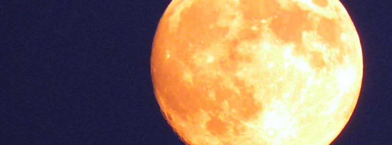 luna piena gialla a verona in luglio