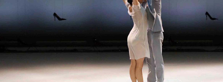"""Con Cenerentola del Malandain Ballet Biarritz in programma dal 22 al 24 agosto al Teatro Romano si chiude l'Estate Teatrale Veronese 2013. Dopo la prima mondiale di Versailles lo scorso giugno e una tournée trionfale in Spagna, il Teatro Romano ospita in """"prima"""" ed esclusiva nazionale il Malandain Ballet Biarritz che dal 22 al 24 agosto con inizio alle 21 proporrà Cenerentola di Thierry Malandain su musica di Sergei Prokofiev. Grande l'attesa per questo balletto che Prokofiev compose nei primi anni Quaranta e andò in scena per la prima volta nel 1945 al teatro Bolscioi.Da allora tantissime le riprese: tra le più celebri quella di Frederik Ashton del 1948 dove le due sorellastre erano interpretate, con toni particolarmente comici, da due uomini en travesti. In questa versione di Malandain la vicenda, sviluppata sulla celebre fiaba di Perrault e dei fratelli Grimm, ruota attorno al percorso esistenziale di un'étoile della danza che, passando attraverso il dubbio, l'emarginazione, la sofferenza e la speranza, raggiungerà la luce. Un percorso """"fatto di ceneri e di magia"""" con elementi ora tragici e ora comici dal sapore universale. Tra gli elementi comici le sorellastre anche qui interpretate da due danzatori en travesti (Frederik Deberdt e Jacob Hernandez Martin) e la matrigna affidata a uno dei danzatori più apprezzati della compagnia, l'italiano Giuseppe Chiavaro. Gli interpreti principali del balletto sono Miyuki Kanei (Cenerentola), Daniel Vizcayo (principe) e Claire Lonchampt (la fata). Per la celebre compagnia francese è un gradito ritorno al Teatro Romano dove vi aveva interpretato con grande successo Les créatures nel 2007, Romeo e Giulietta nel 2010 e una Serata Novecento (comprendente La morte del cigno, Lo spettro della rosa, L'après-midi d'un faune, L'amore stregone e Bolero) nel 2012."""
