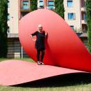 A cuore aperto Scultura in acciaio di Piera Legnaghi, dal 2005 nel giardino della Tomba di Giulietta. La scultura, che prende spunto dalla leggenda di Giulietta e Romeo, vuole trasmettere un messaggio d'amore universale. Il cuore, simbolo d'amore, di pace, di solidarieta' e di tolleranza, e' infatti aperto al mondo ad indicare che soltanto attraverso la disponibilita di ciascuno si puo' guarire l'umanita'. The sculpture, inspired by the legend of Romeo and Juliet, was conceived to transmit a message of universal love. The heart, symbol of love, peace, soliderity and tolerance is, in fact, open to the world to show that only if every individual is willing can humanity be healed