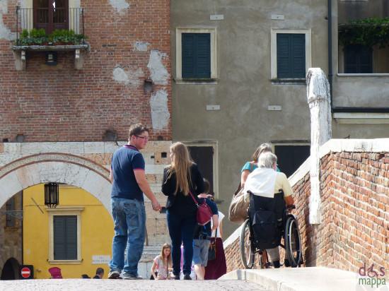 20130922-disabile-carrozzina-ponte-pietra-verona