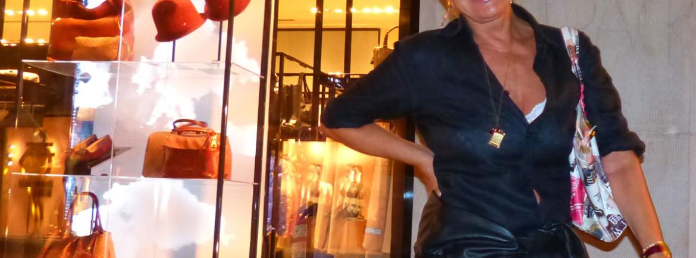 Catherine Spaak in via Stella a Verona - Catherine Spaak proviene da una famiglia belga che annovera fra i suoi membri anche artisti e uomini politici: la madre è l'attrice Claudie Clèves, il padre Charles è uno sceneggiatore cinematografico, la sorella Agnès è anch'essa attrice[1] e poi fotografa[2], mentre lo zio Paul-Henri ha ricoperto per più mandati la carica di primo ministro del Belgio.