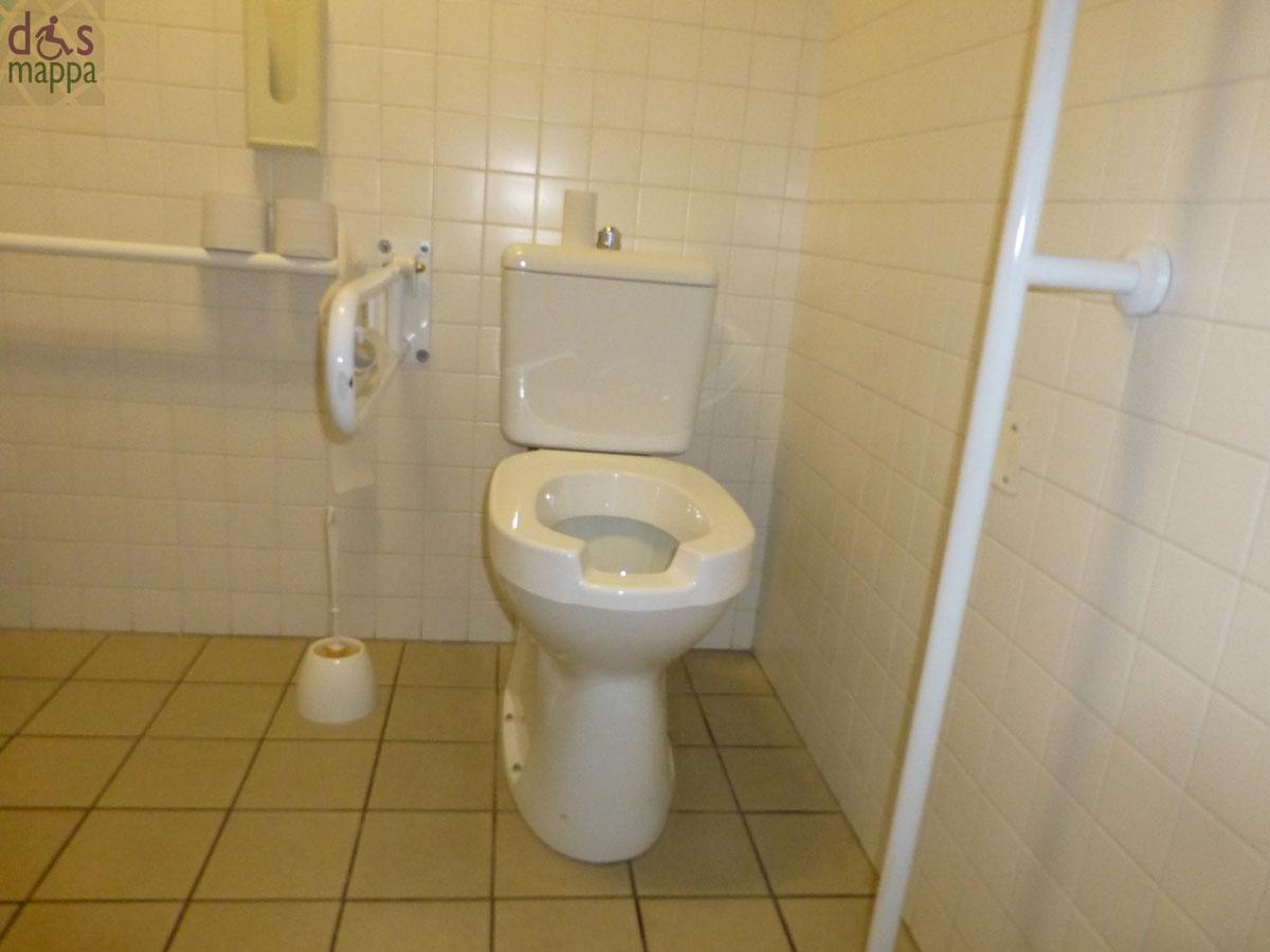 Al Teatro Camploy il bagno nel corridoio a destra della biglietteria ...