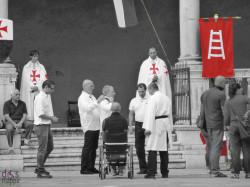 Disabile in carrozzina davanti gli scalini del Loggiato di Fra Giocondo a Verona durante la riunione dei Templari d'Italia