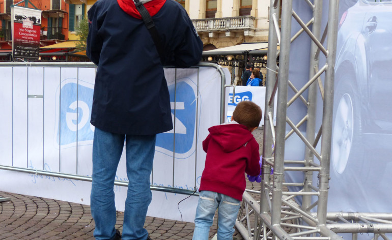 Domenica scorsa 6 ottobre si è svolta la Verona Marathon. Ringrazio l'Assessore Anna Leso per aver condiviso con gli organizzatori della maratona la buona pratica che avevo suggerito (vedi comunicato stampa qui sotto): qualche piccolo miglioramento si è visto, erano senza striscioni pubblicitari tratti di via Roma; in Piazza Bra e il Liston l'unico che permetteva di vedere anche ai bambini o chi è in carrozzina era collocato all'angolo con via Roma, dove però c'è il cartellone con la mappa di Verona. Un inizio, migliorabile, magari anche tramite apposita segnalazione (ad esempio bandierine) per rendere più semplice individuare queste transenne senza barriere visive oppure decidendo di lasciare sempre una transenna libera ogni 6-7.