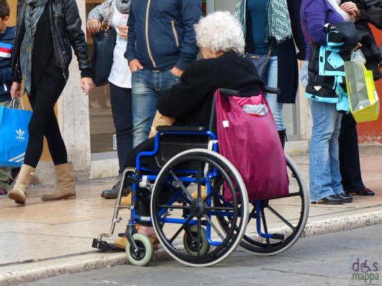 20131019-anziana-carrozzina-piazza-erbe-verona