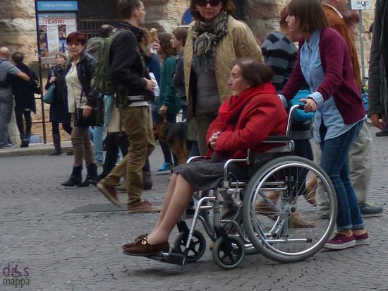 20131020-carrrozzina-signora-anziana-verona