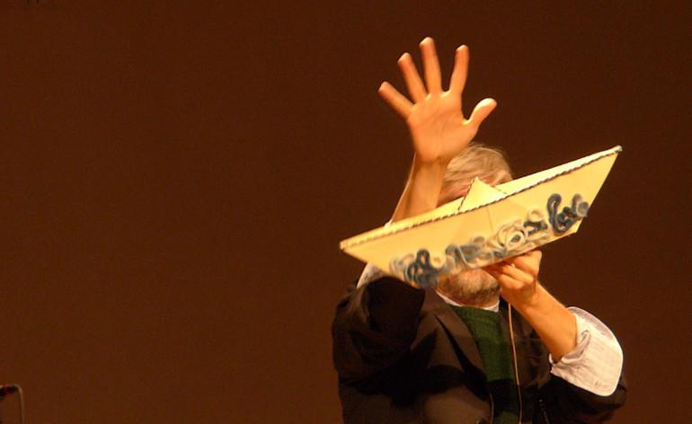 Don Marco Campedelli introduce la serata dedicata a Lampedusa e ai migranti ieri sera al Teatro Stimate di Verona (vedi Se il mare avesse voce – Per non dimenticare Lampedusa) presentando l'opera formata da Bibbie e Corani e interpretando con i burattini questa tragedia umanitaria