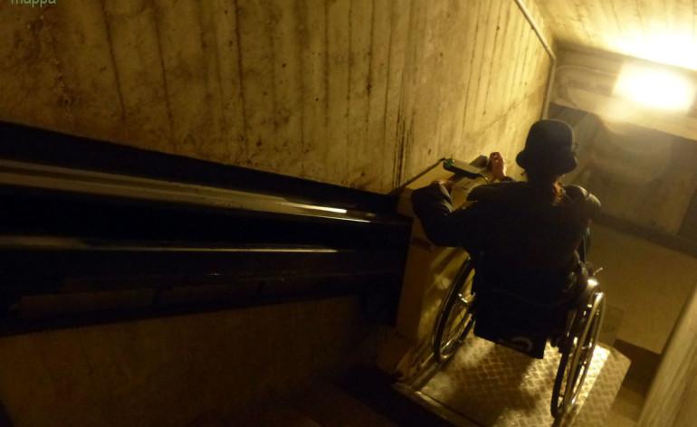 I disabili in carrozzina che desiderano visitare gli Scavi scaligeri, sede del Centro internazionale di fotografia a Verona, hanno a disposizione questo montascale, a cui si arriva dalla porta sulla destra rispetto all'entrata principale