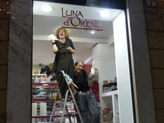 20131113-ragazze-vetrina-luna-oriente-verona