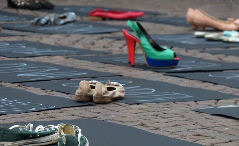 Flash Mob dedicato a Lucia Bellucci Sarà breve, ci saranno i cartelli neri coi nomi, le scarpe, non ci saranno discorsi ufficiali, verranno letti i nomi delle vittime di femminicidio del 2013 e poche informazioni su ognuna di loro, per dimostrare che in questo l'Italia non fa differenze geografiche, di lavoro o altro. Si ascolterà il Requiem di Mozart e speriamo di contagiare sempre più persone uomini e donne.
