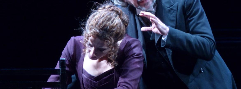 Hedda Gabler di Henrik Ibsen nell'allestimento del Rossetti - Teatro Stabile di Trieste e della Compagnia Enfi Teatro. Protagonisti Manuela Mandracchia e Luciano Roman. A firmare la regia è Antonio Calenda.