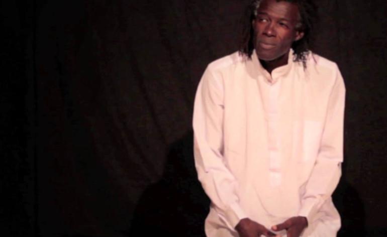 Due cittadini africani s'incontrano su di una spiaggia e cercano di sopravvivere sognando una vita migliore dall'altra parte della barriera. Le memorie di un popolo passato dalla schiavitù alla schiavitù degli aiuti, un percorso tra passato e presente attraverso le testimonianze, i ricordi, le speranze di chi lascia tutto senza nulla dimenticare. Mohamed Ba è contemporaneamente il custode della tradizione africana e il rinnovatore che canta le contraddizioni storiche, i sogni e i dolori del continente nero e porta il pubblico a chiedersi: che ne sarebbe della nostra vita, a noi del nord del mondo, se non fossimo nati qui? Persino invecchiare non sarebbe permesso. Miracolosamente sopravvissuto a un attentato razzista il 31 maggio 2009 a Milano, torna in teatro per raccontare i temi a lui più cari: il razzismo, la xenofobia, l'orgoglio per la cultura africana, il senso di inadeguatezza del migrante, il multiculturalismo. Mohamed Ba è nato a Dakar, in Senegal. Mediatore e animatore culturale, ha aderito al movimento per la promozione della letteratura africana e al circolo dei giovani scrittori per l'alfabetizzazione nelle zone rurali. Migrato in Francia, è stato coordinatore dell'operazione Un immigré, un livre. Nel 1998 ha pubblicato Parole de nègre, sulle migrazioni nei paesi del Sahel. Nel 1999, trasferitosi in Italia, ha collaborato con il centro ambrosiano di Milano per Ex cursus. E' fondatore del gruppo Mamafrica che usa la percussioni per diffondere la cultura africana. E' autore ed interprete di monologhi teatrali: Parole fuori luogo (2002), Musica e popoli 2003, B-Sogni (2004), Canto dello spirito (2006), Invisibili (2010), Incazzato bianco (2010). Nel 2011 ha portato in scena Relazione per un'accademia di Franz Kafka, per la regia di Heike Brunkhorst. Ha partecipato a vari progetti teatrali e a trasmissioni radiofoniche e televisive.
