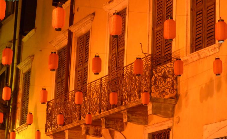Lanterne rosse in via Scudo di Francia a Verona