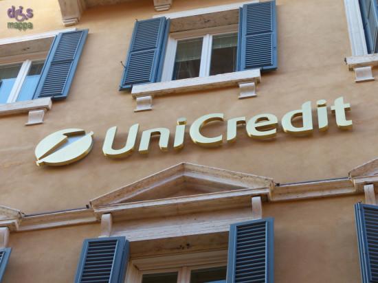 In Via Garibaldi la sede dell'ex Cassa di Risparmio (quella dei salvadanai in metallo per generazioni di veronesi) il lettering del portone è sovrastato dall'attuale Unicredit.