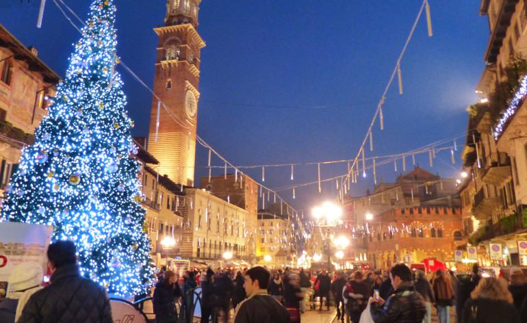 Piazza Erbe vestita per le feste