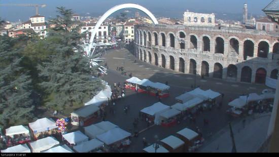 Le bancarelle di Santa Lucia in Piazza Bra a Verona