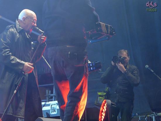 Giorgio Marchiori del quotidiano l'Arena fotografa dal palco Enrico Ruggeri al Concerto di San Silvestro in Piazza Bra